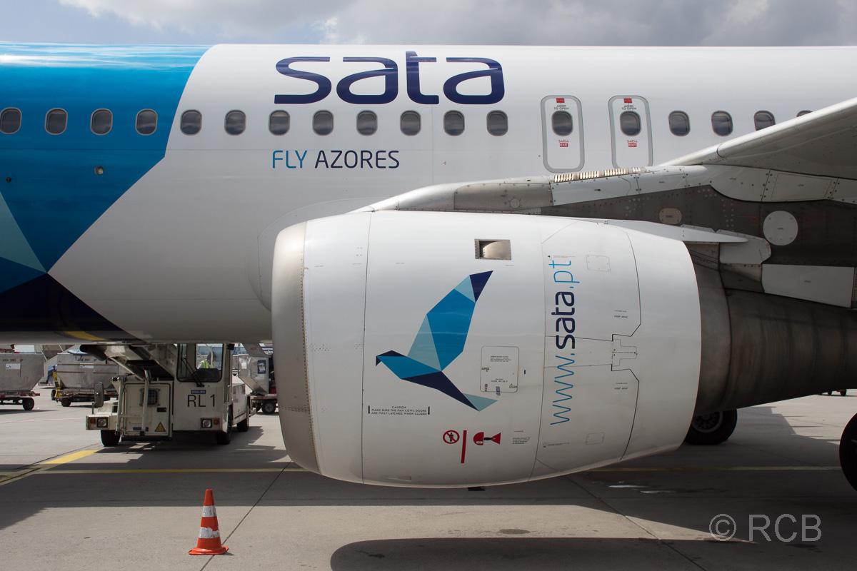 Triebwerk eines Flugzeugs von SATA-Airlines auf dem Flughafen Frankfurt