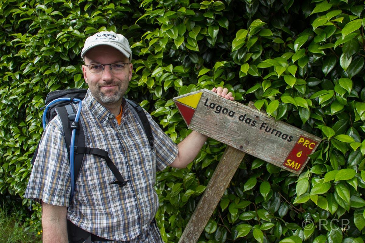 Mann vor Wanderwegbeschilderung am PRC6SMI