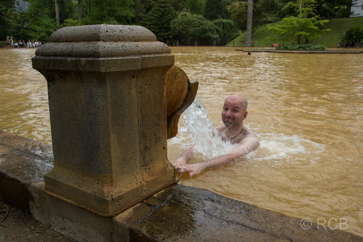 Furnas, Mann badet im Thermalbecken im Parque Terra Nostra