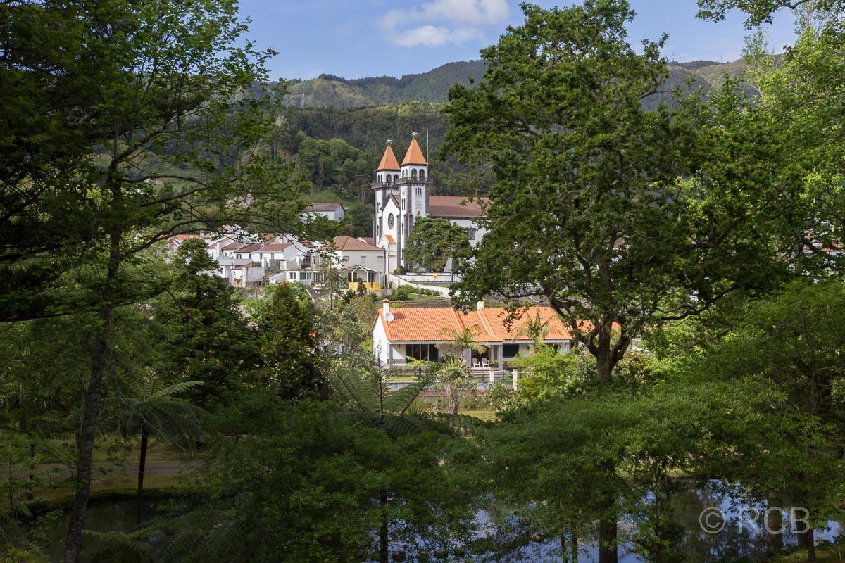Blick auf Furnas mit Kirche