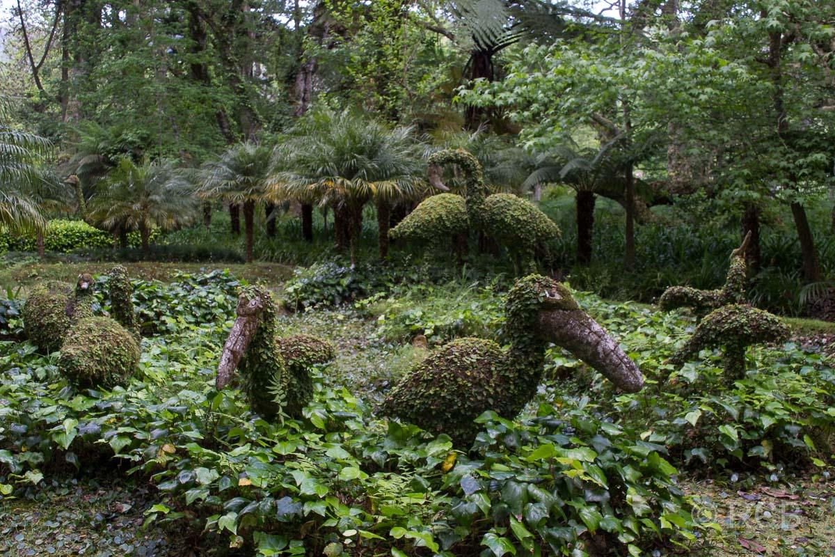 mit Büschen überwachsene Tierfiguren im Parque Terra Nostra