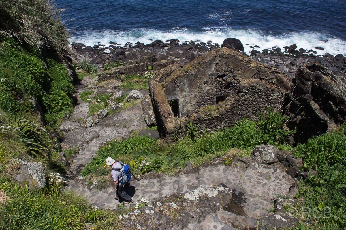 Wanderer beim Abstieg zur Praia da Viola