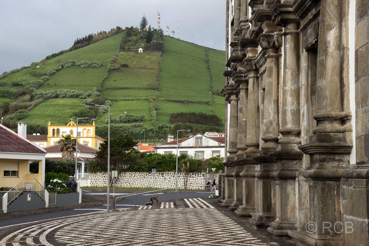 Santa Cruz, vor der Igreja Matriz da Nossa Senhora da Conceição