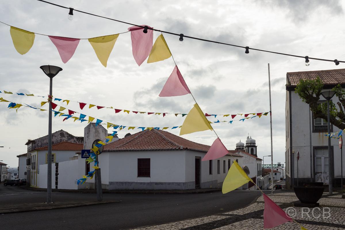 Santa Cruz, beflaggte und ausgestorbene Straße nach dem Nationalfeiertag