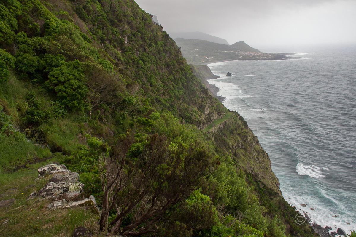 Blick zur Küste mit Fajã Grande, dem westlichsten Ort Europas