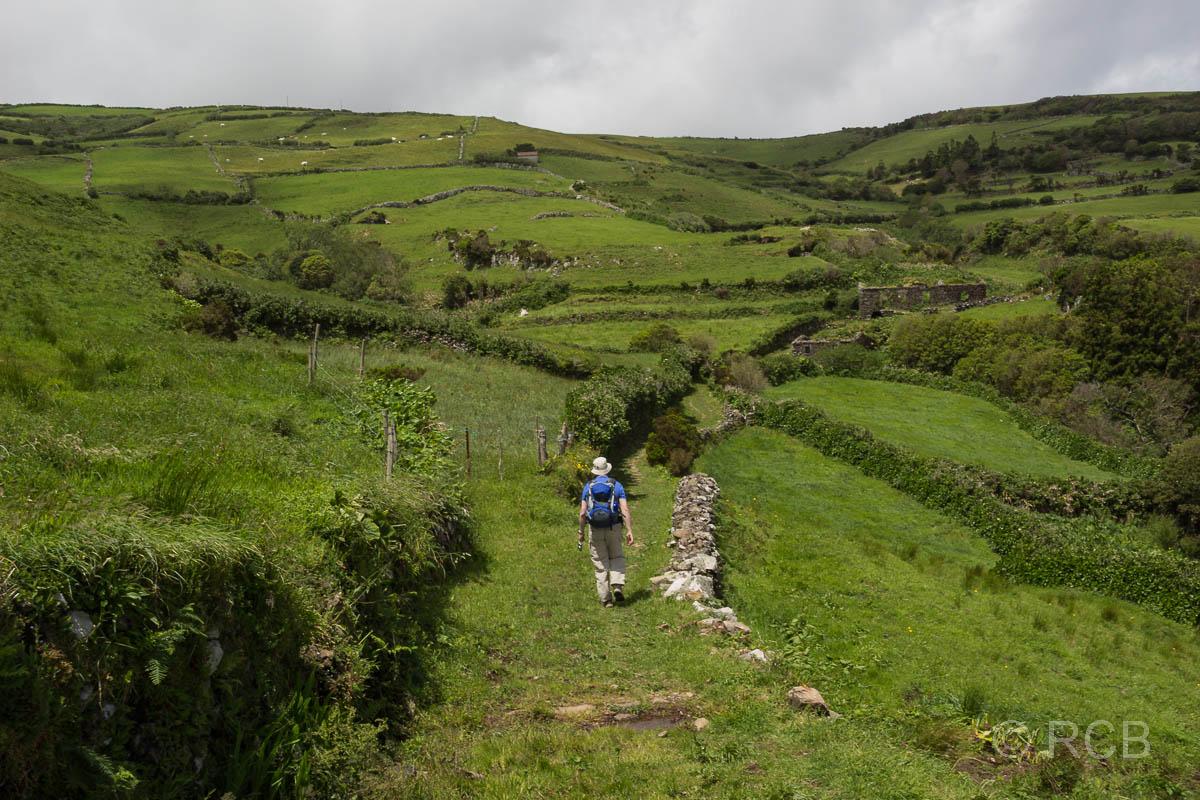 Mann auf einer Wanderung von Cedros nach Ponta Ruiva