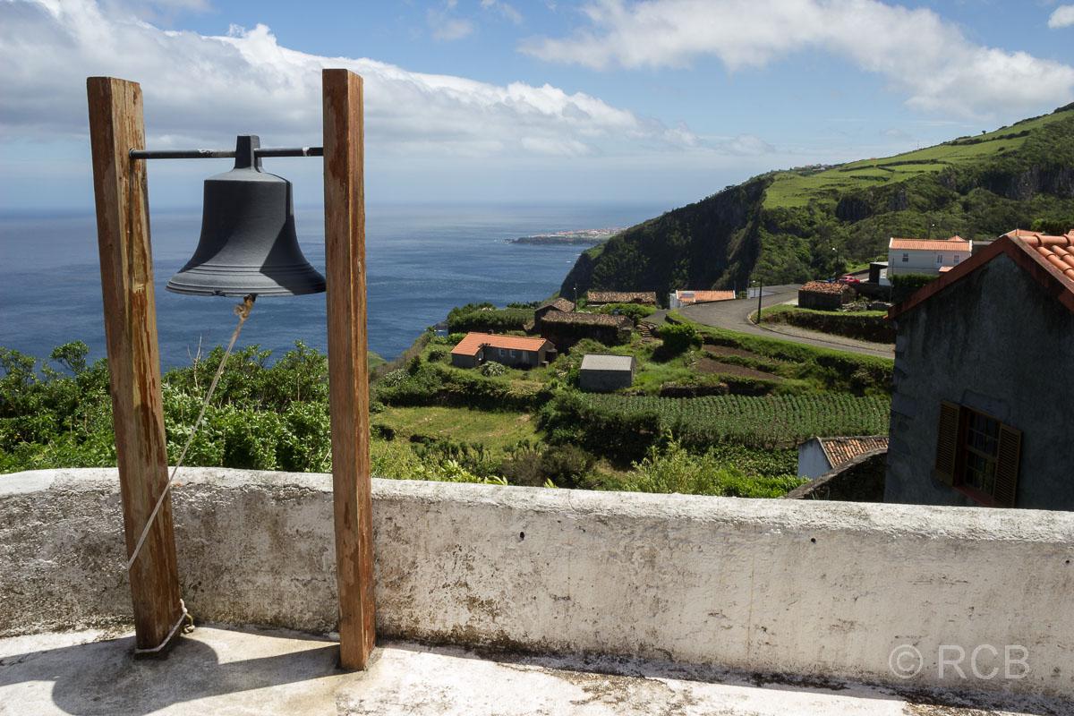 Glockenturm mit Blick aufs Meer in Ponta Ruiva