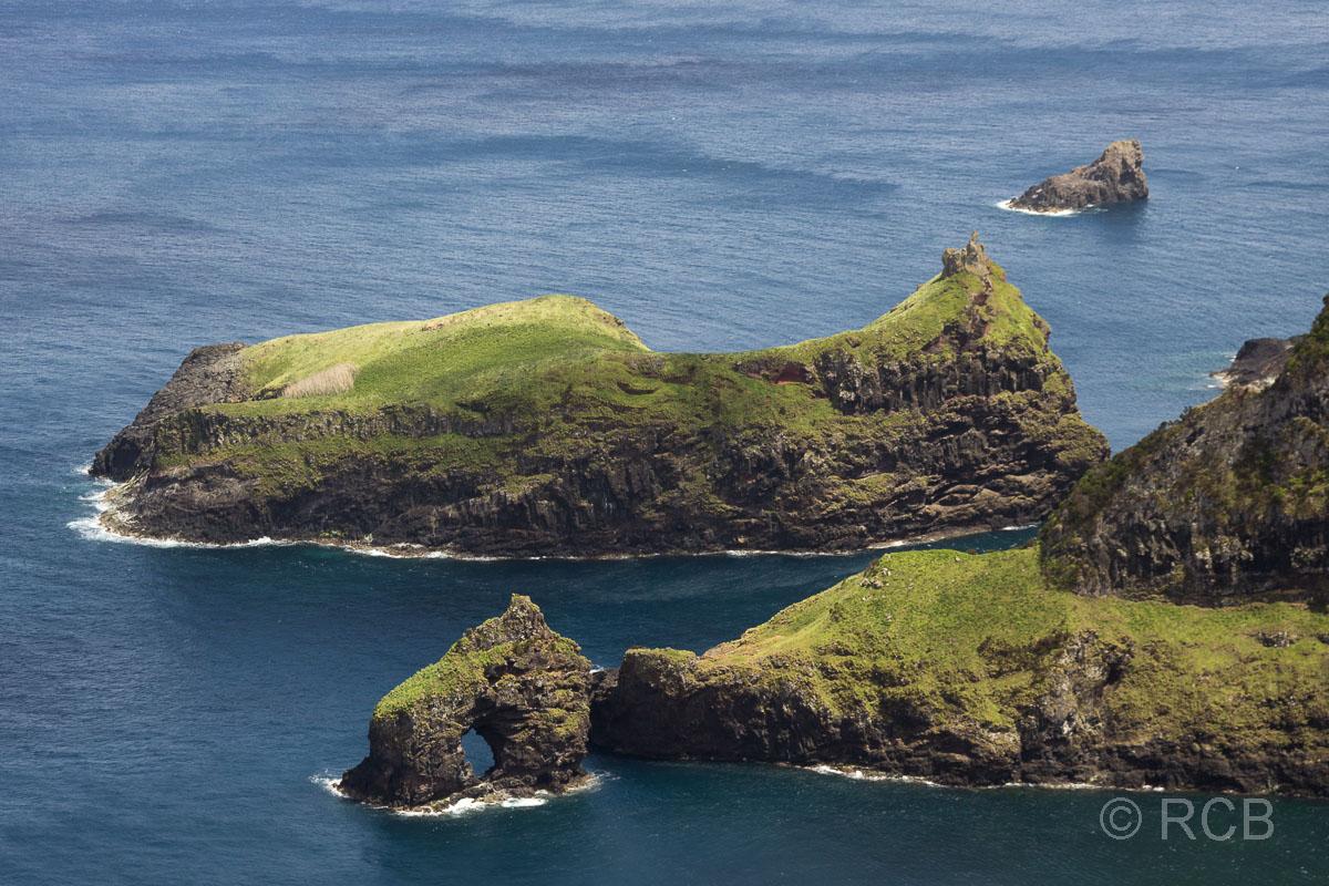 vorgelagerte Felsinseln bei Ponta Ruiva