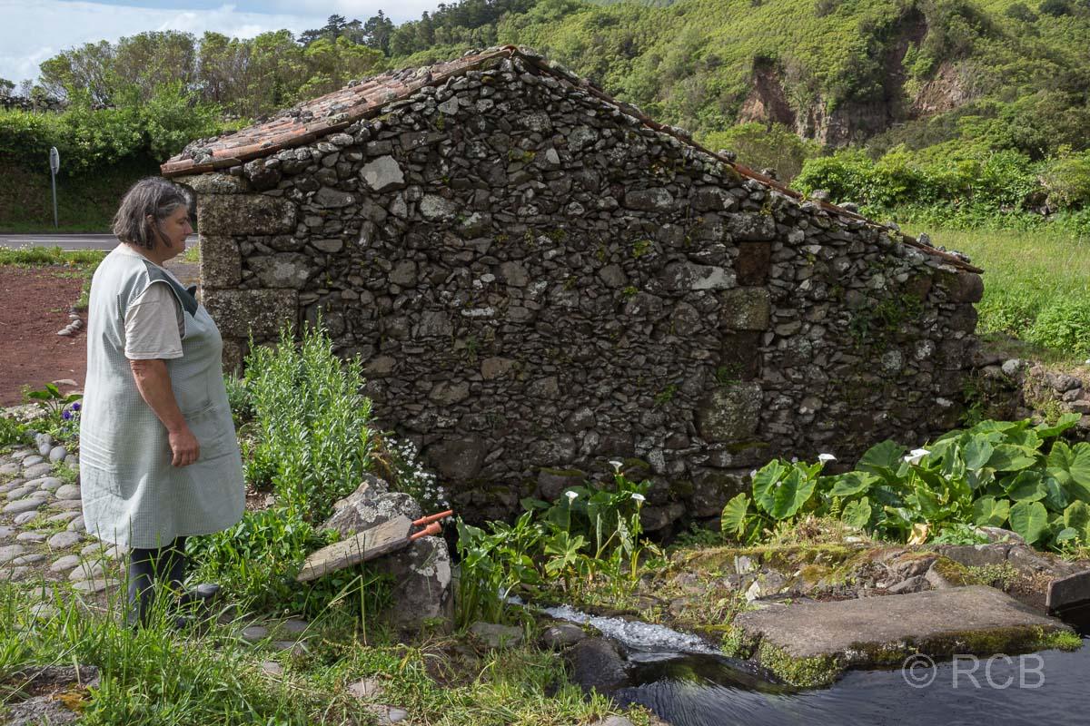 Müllerin vor ihrer Mühle bei Fajã Grande