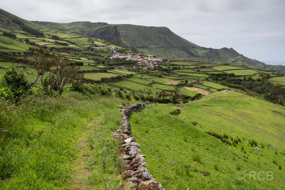 Wanderung auf dem PR2FLO, Blick auf Mosteiros