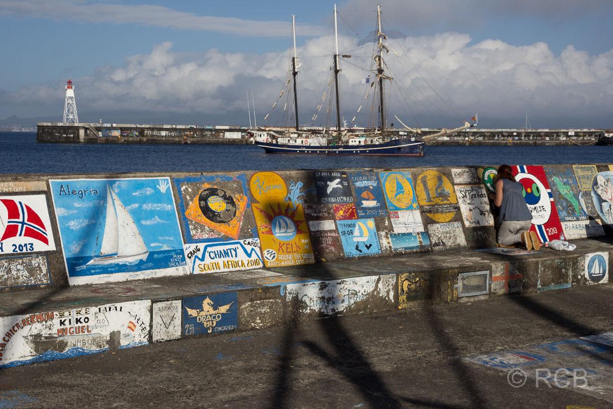 Horta, bunte Zeichnungen auf der Mole im Hafen