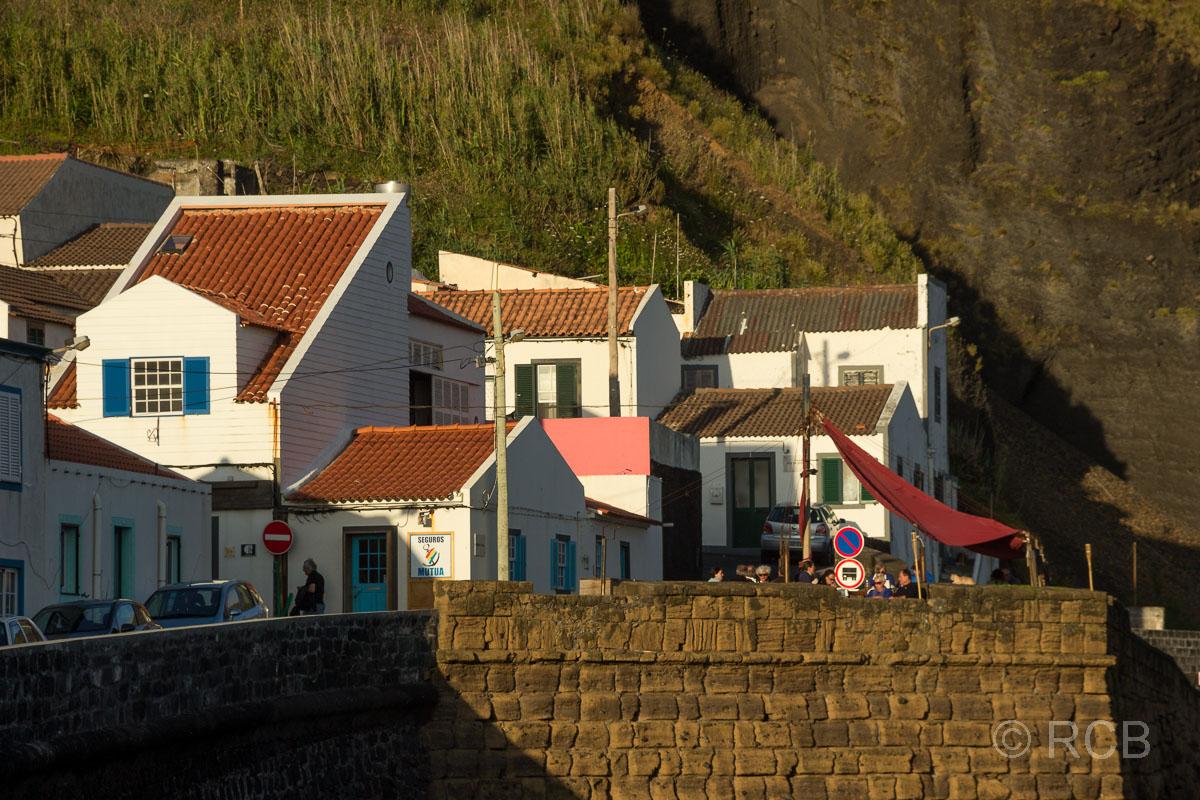 Horta, Häuser am alten Hafenbecken Porto Pim