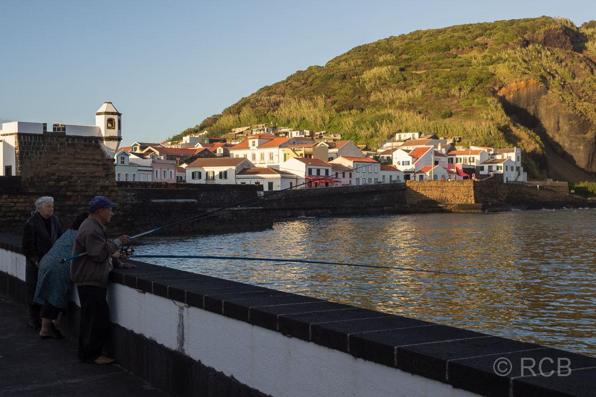 Horta, Angler am alten Hafenbecken Porto Pim