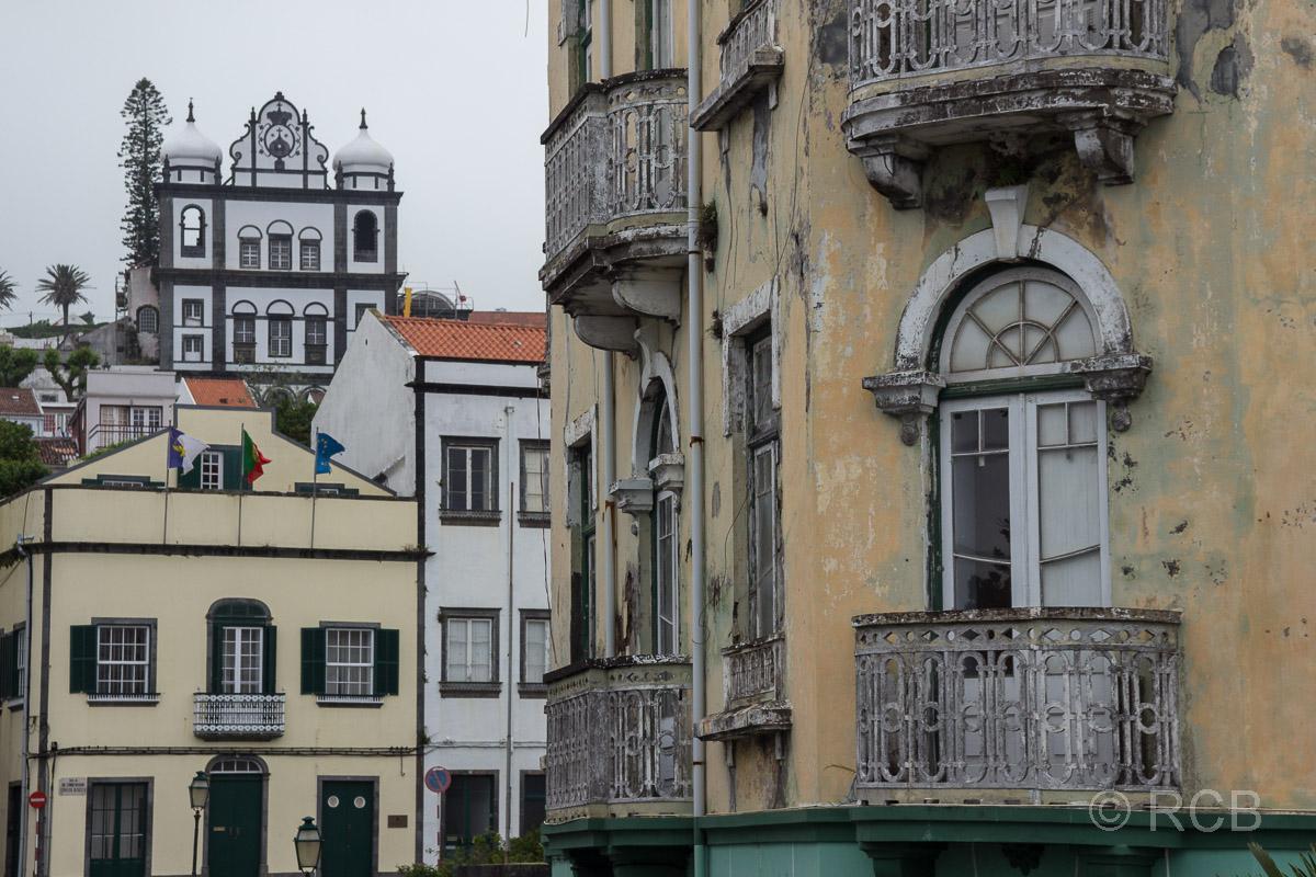 Horta, Stadtansicht mit Kirche