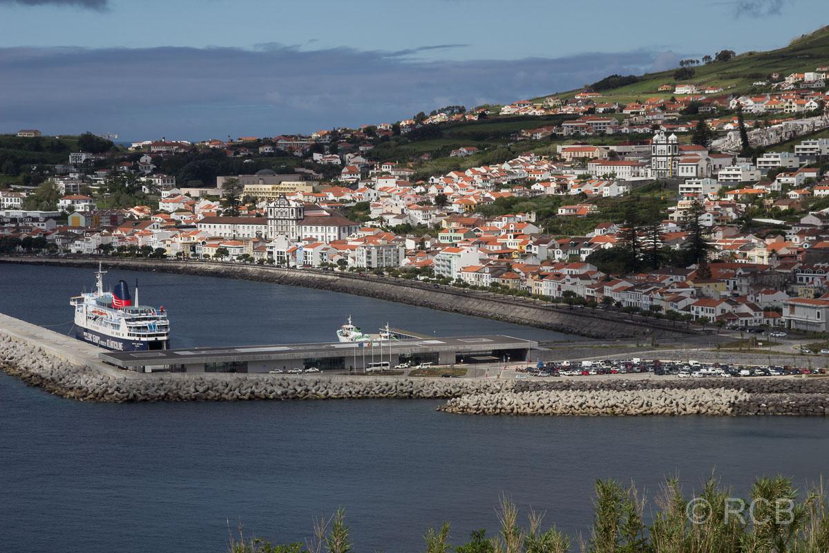 Horta, Blick auf die Stadt und den Fährhafen