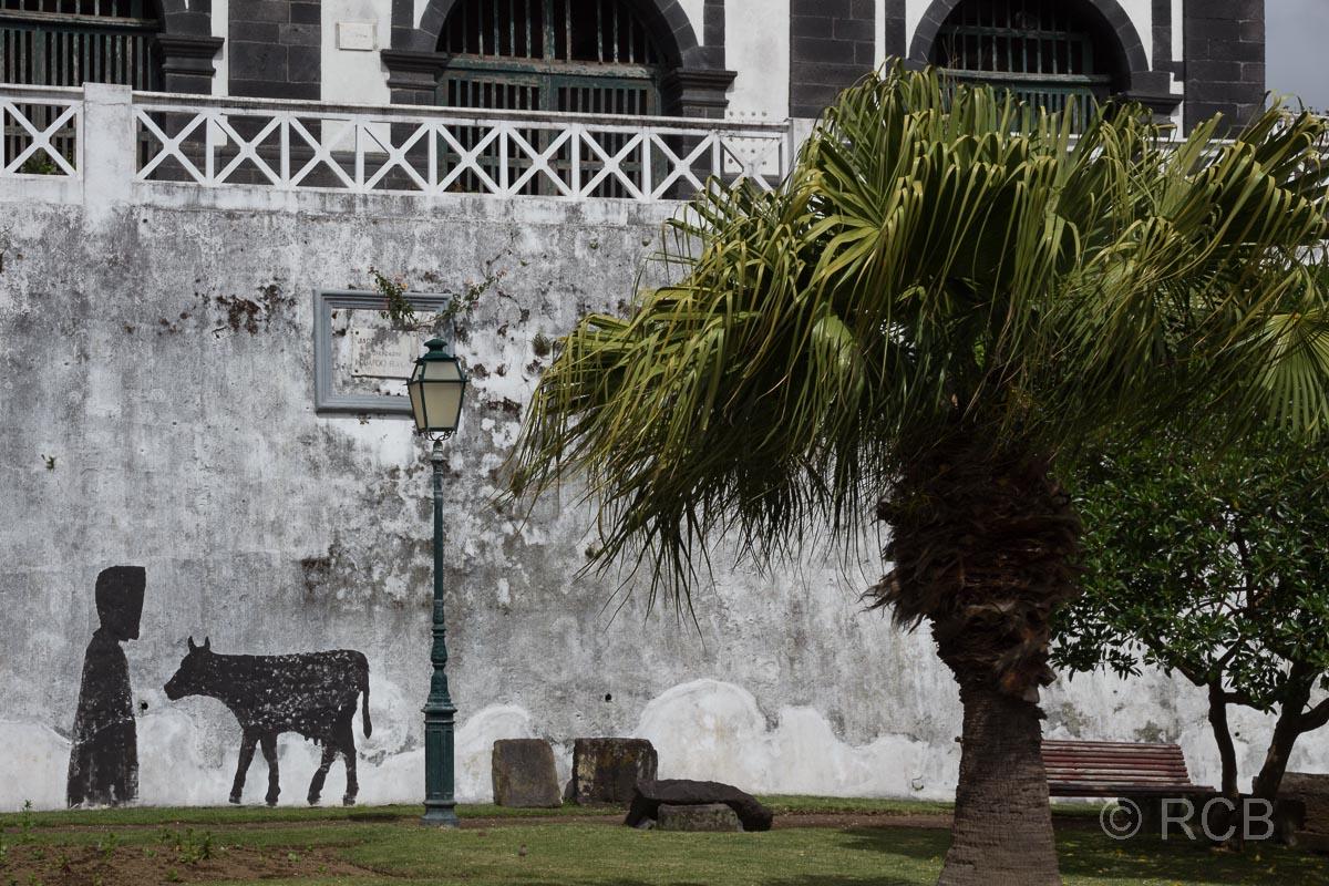 Horta, Zeichnung auf einer Mauer mit Kuh und Kapuzentracht