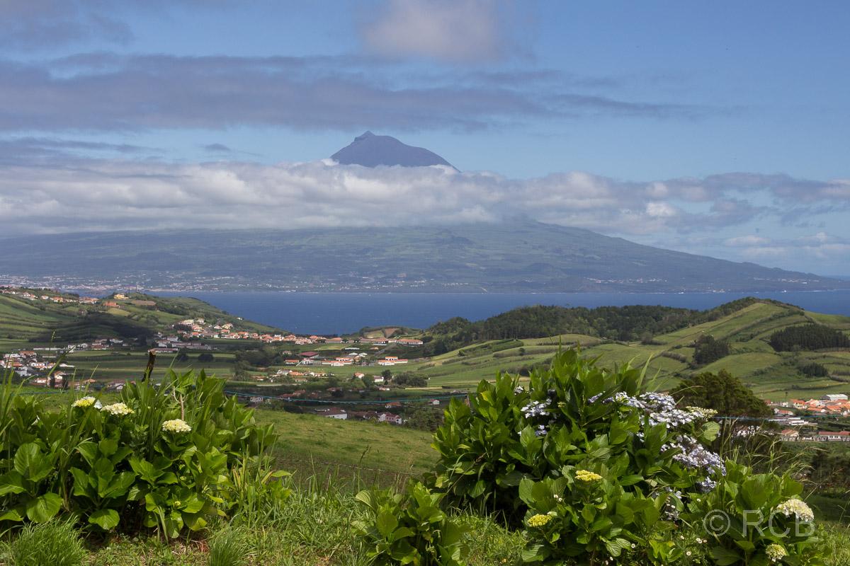 Blick vom Rand der Caldera auf Horta und die Nachbarinsel Pico