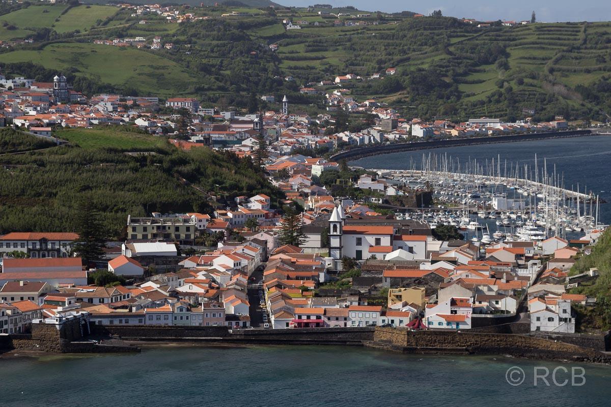 Blick auf Horta vom Monte da Guia
