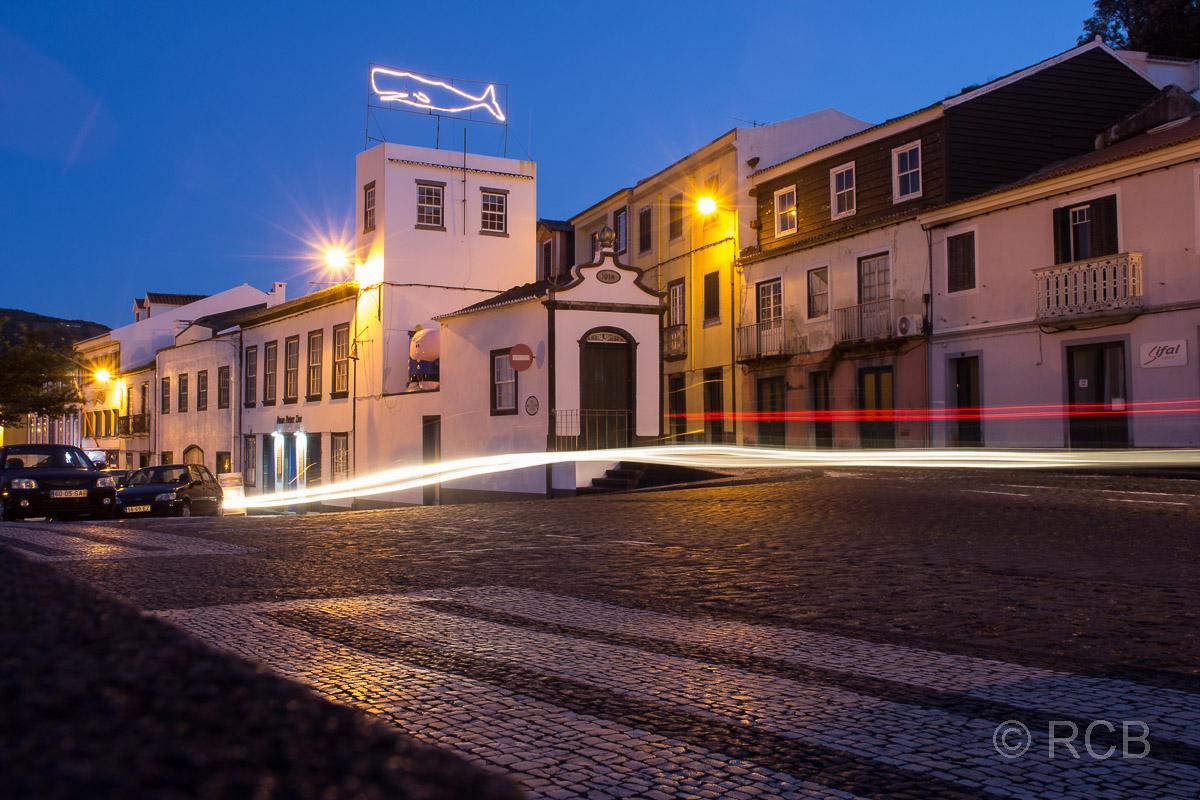 Straßenszene in Horta am Abend