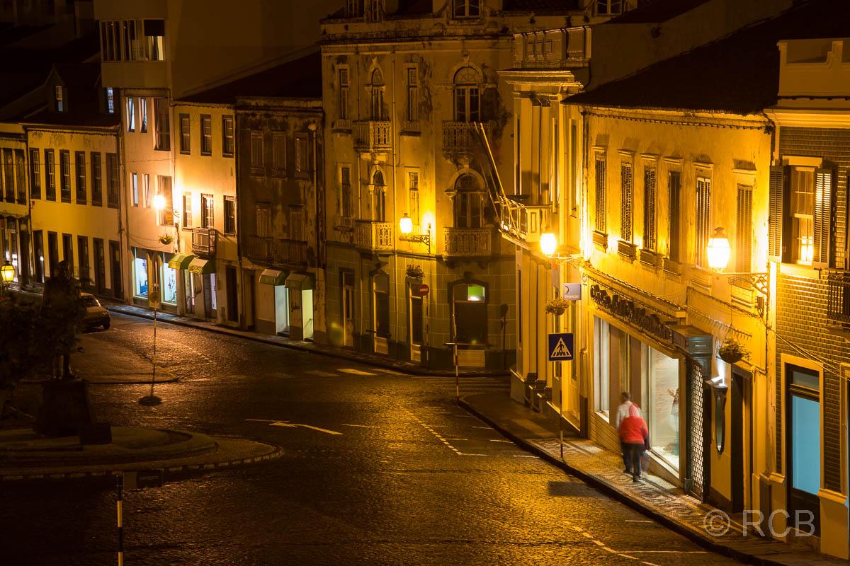 beleuchtete Straße in Horta am Abend