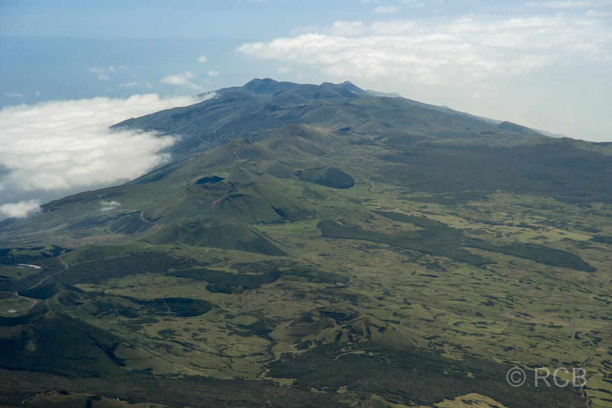 Ausblick vom Gipfel zum östlichen Hochland der Insel Pico