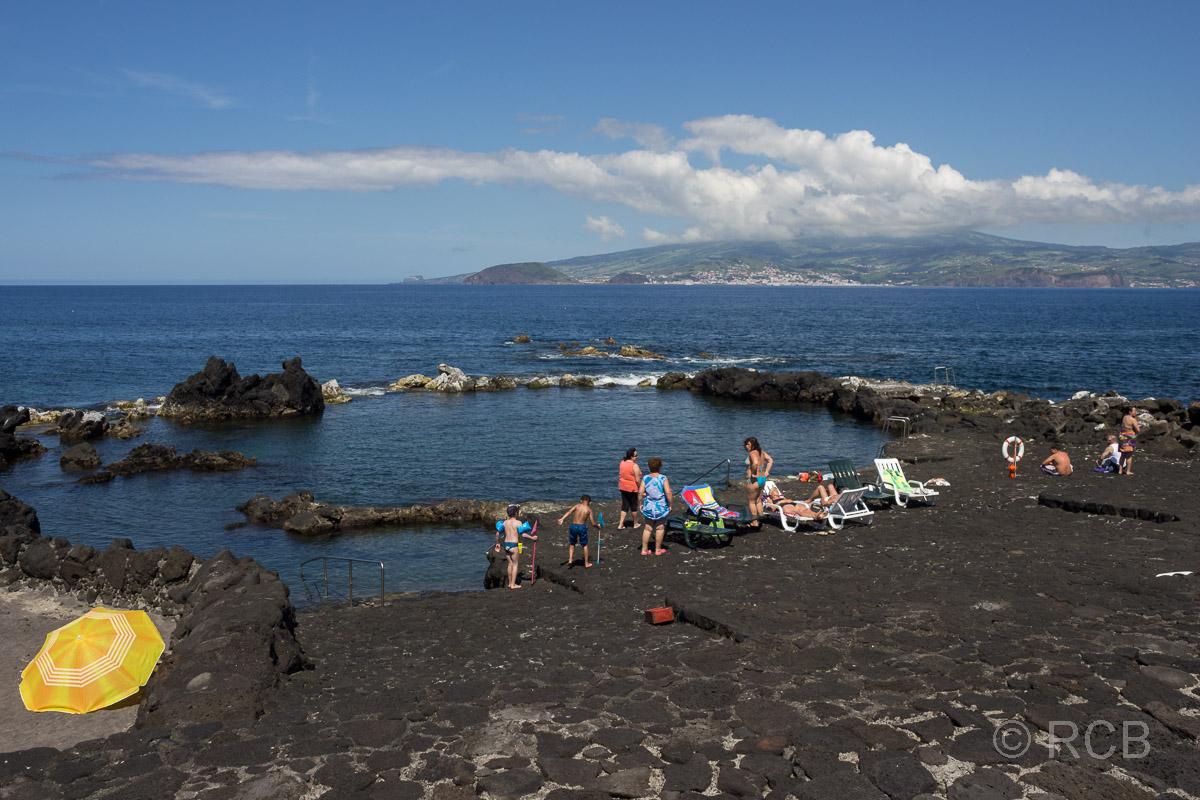 Meerwasserschwimmbecken auf Pico mit Ausblick nach Horta / Faial