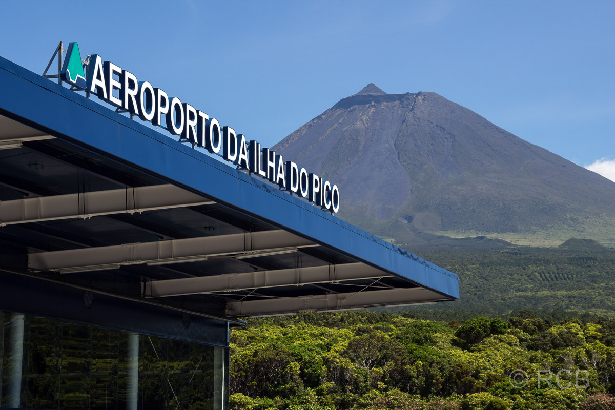 Flughafen der Insel Pico mit dem Berg im Hintergrund