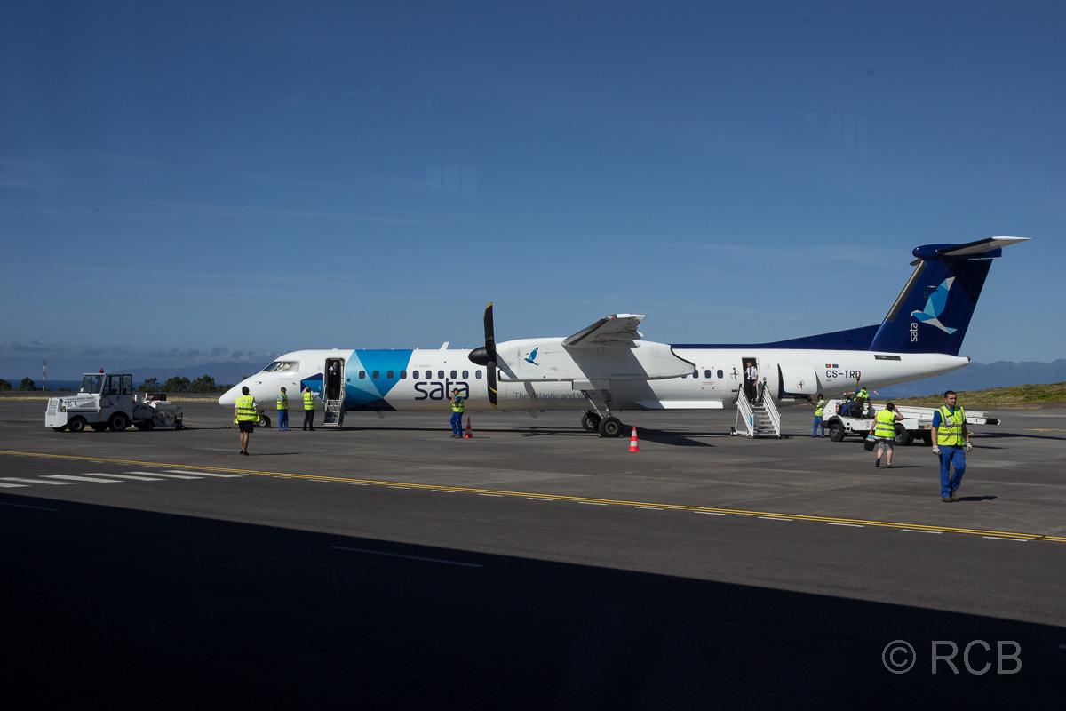 Propellermaschine der SATA-Airlines auf dem Rollfeld des Flughafens von Pico