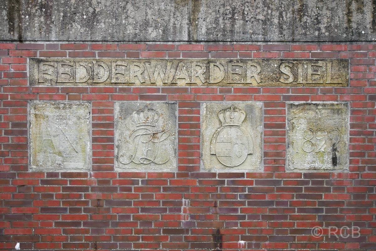 Mauer mit Wappen in Fedderwardersiel