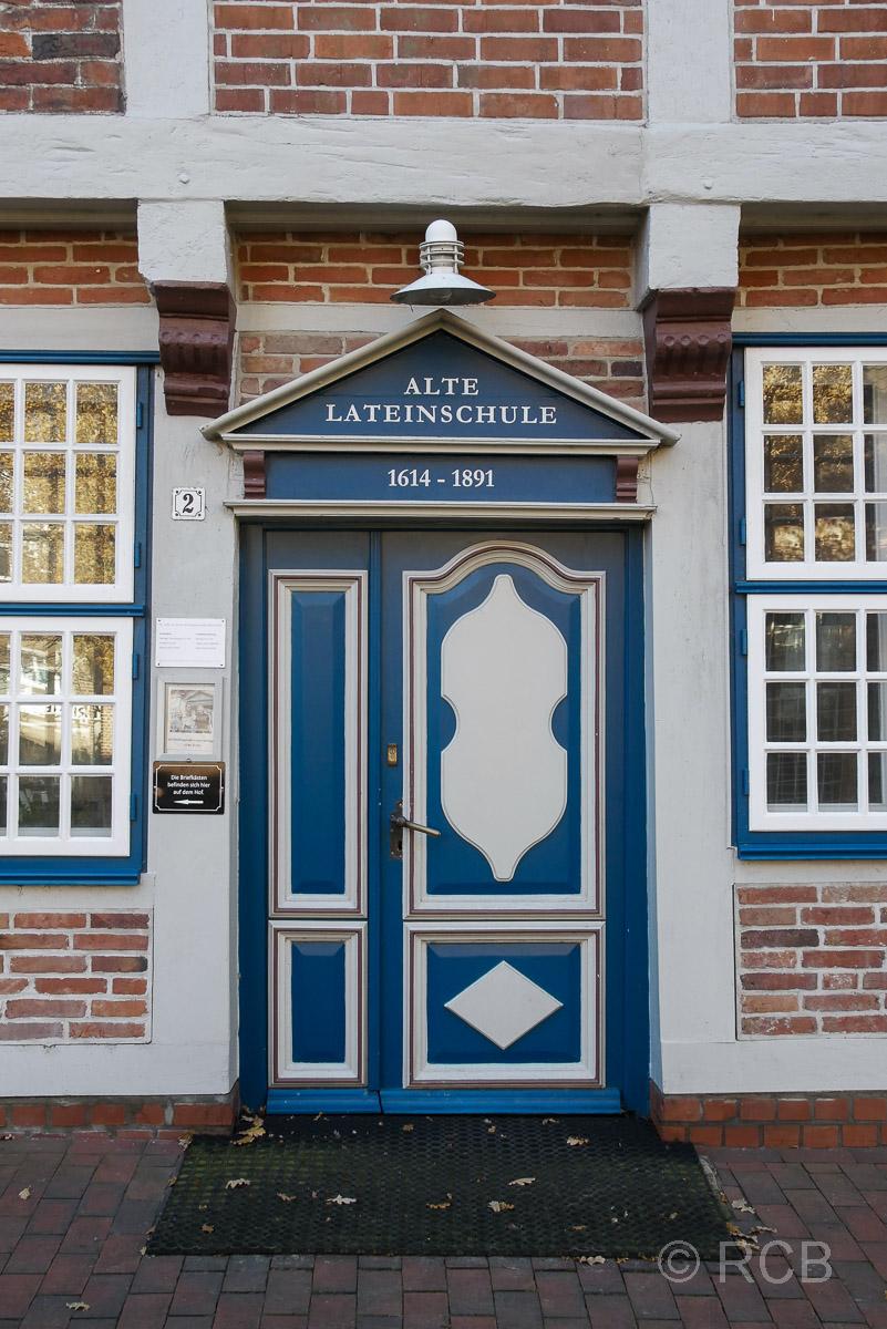 Tür der Alten Lateinschule in Otterndorf