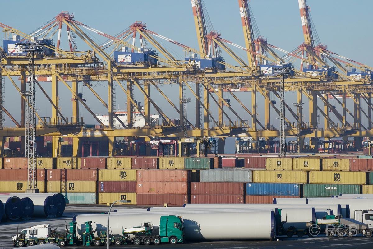 Bremerhaven, Blick vom Container-Aussichtsturm aus Ladetürme und gestapelte Container