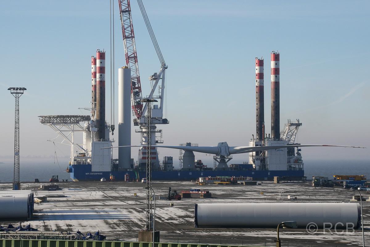 Bremerhaven, Blick vom Container-Aussichtsturm auf Bestandteile für Offshore-Windkraftanlagen