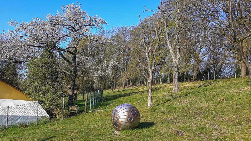 Ufo-ähnliches Kunstwerk in einem Garten in der Elfringhauser Schweiz