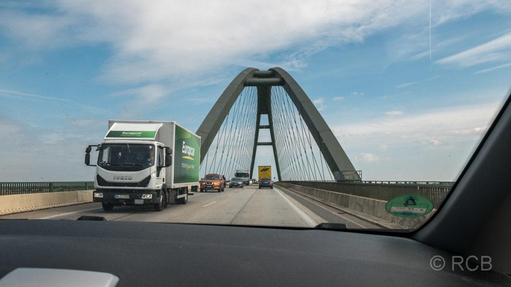 Blick aus der Windschutzscheibe bei der Fahrt über die Fehmarnsundbrücke