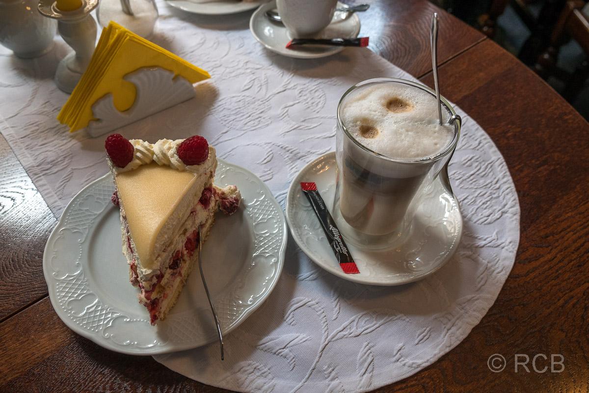 Latte Macchiato und Kuchen in Brooks Café Achter de Mur, Bosau