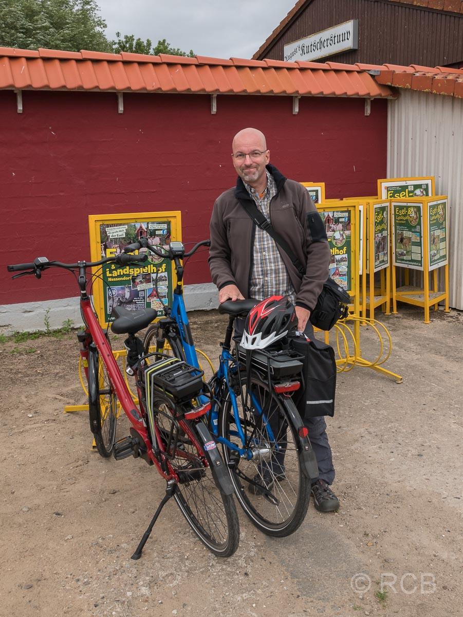 Mann mit E-Bike vor dem Esel- und Landspielhof Nessendorf