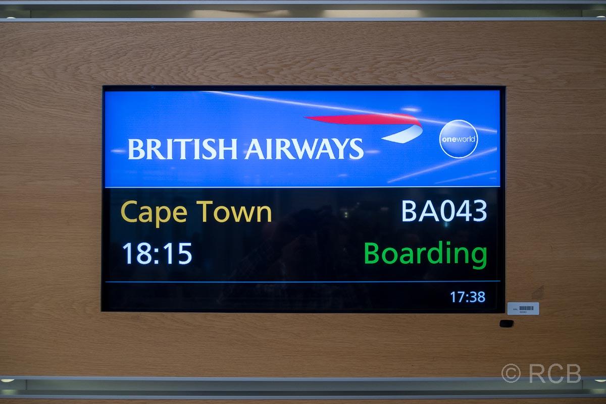 Anzeigetafel am Flughafen mit dem Ziel Kapstadt