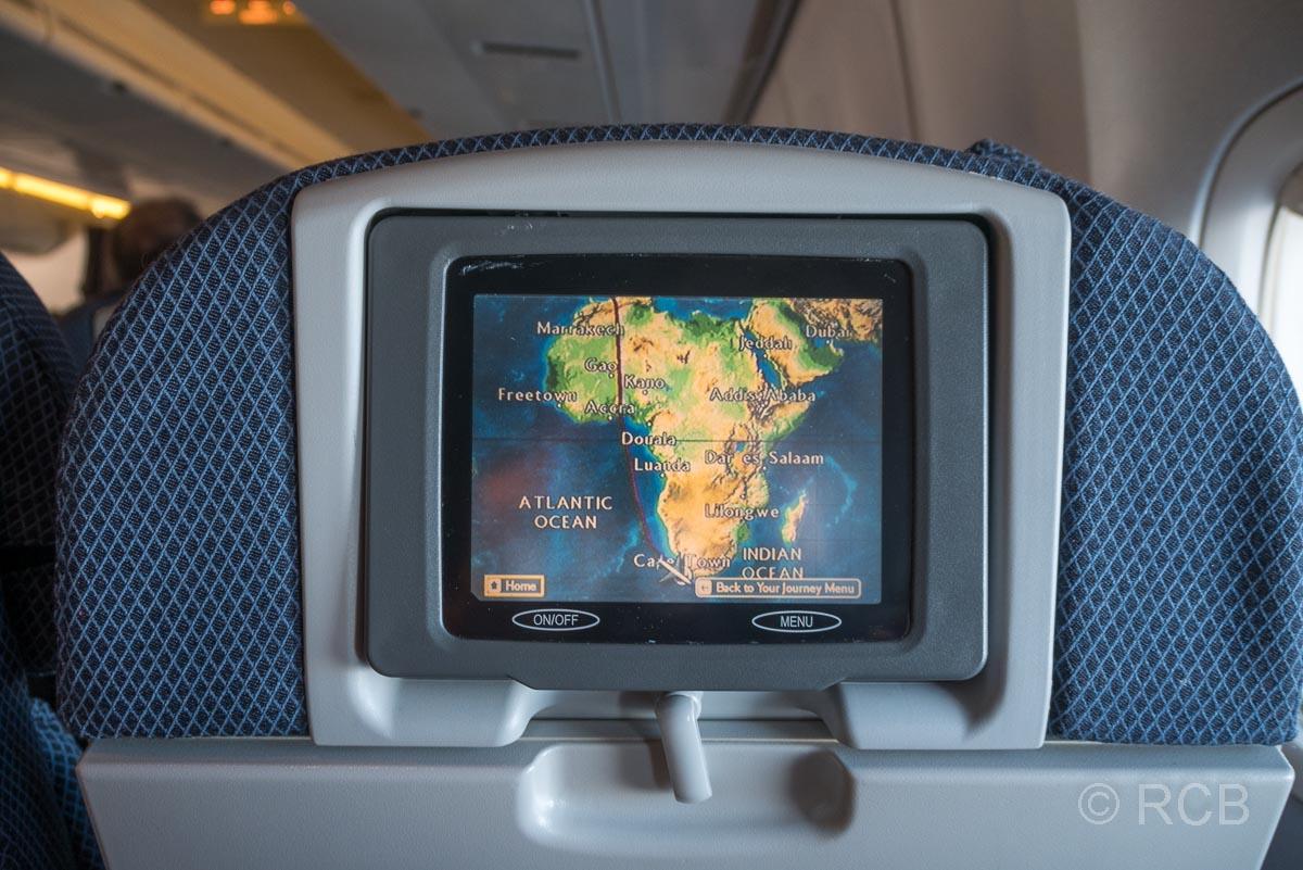 Monitor im Flugzeugsitz mit der Karte eines Flugzeugs im Anflug auf Kapstadt
