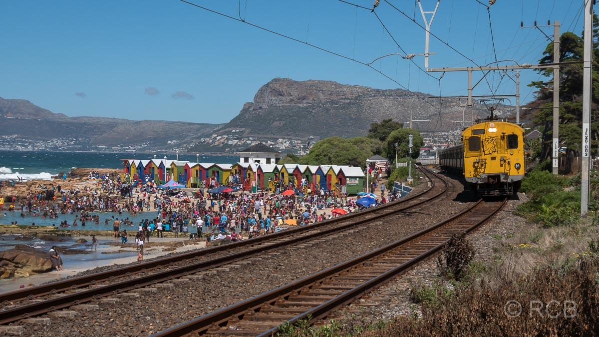 St. James, Zug fährt an Strandhäusern vorbei