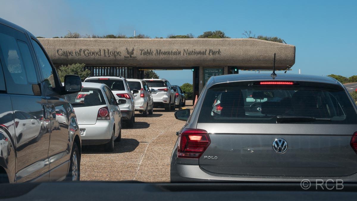 Autoschlange in der Einfahrt zum Table Mountain National Park