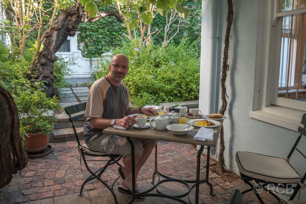 "Mann beim Frühstück im ""Tintagel Guest House"""
