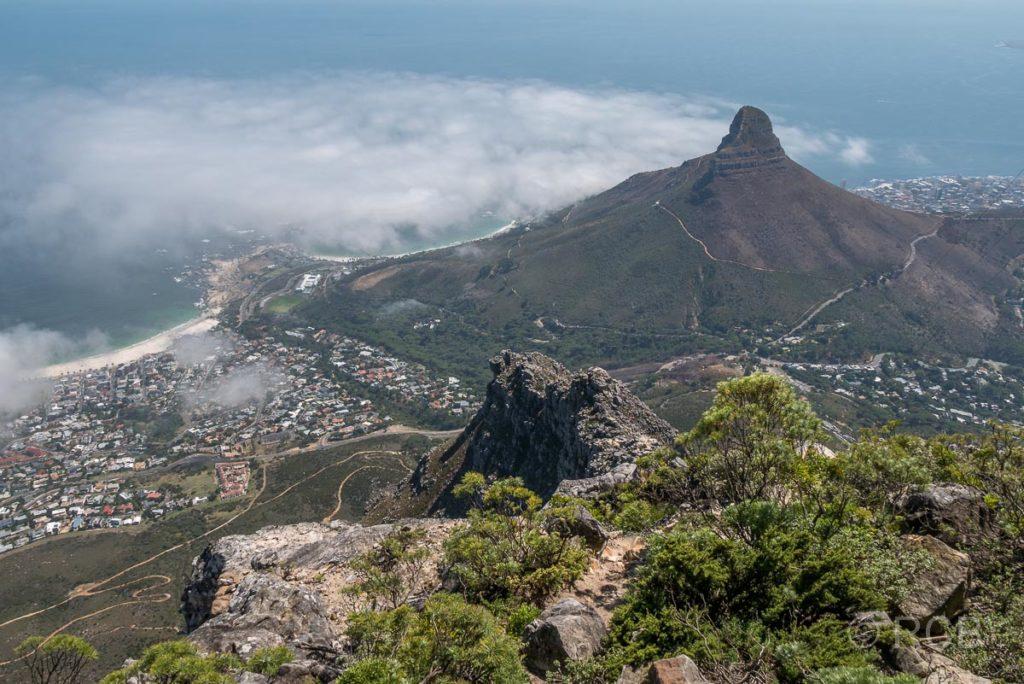 Blick vom Tafelberg auf Camps Bay und Lion's Head
