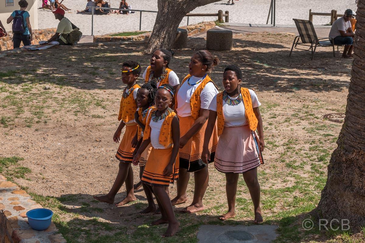 südafrikanische Mädchen singen am Straßenrand in Camps Bay