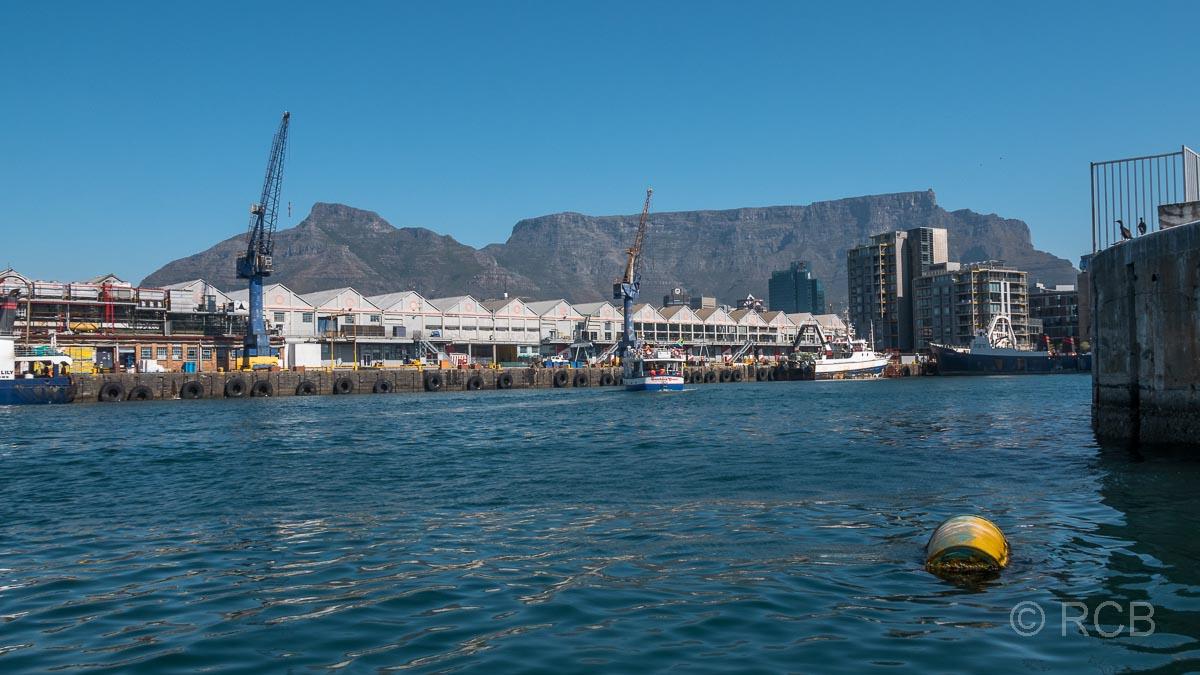 Hafenbecken, V&A Waterfront, im Hintergrund Devil's Peak und Tafelberg