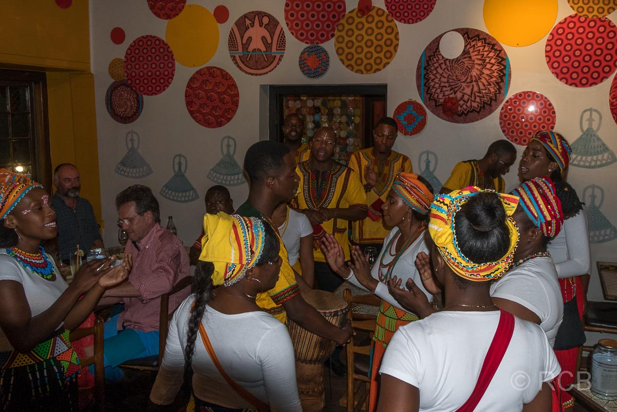 das Personal singt und tanzt beim Abendessen im Africa Café