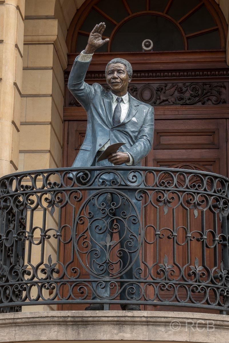 Statue von Nelson Mandela vor der Old City Hall