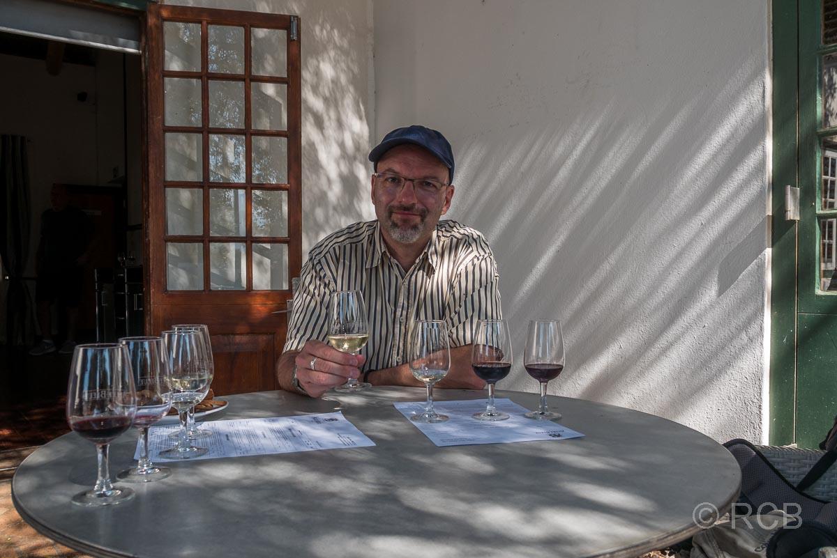 """Weingut """"Allée bleue"""", Mann bei einer Weinverkostung"""