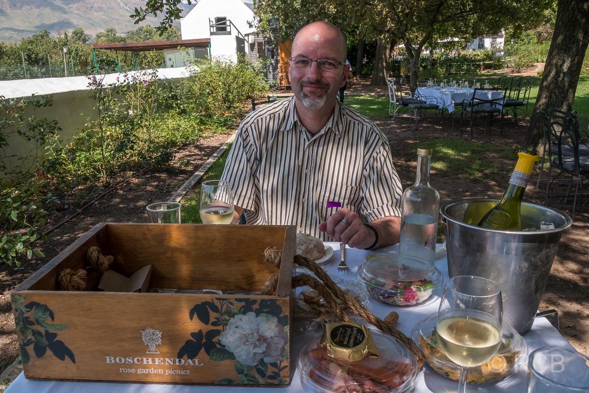"""Mann beim Picknick auf dem Weingut """"Boschendal"""""""