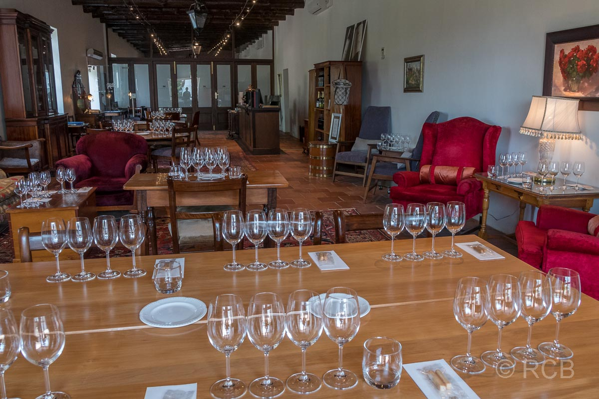 """Weingut """"Plaisir de Merle"""", für eine Weinverkostung gedeckte Tische"""