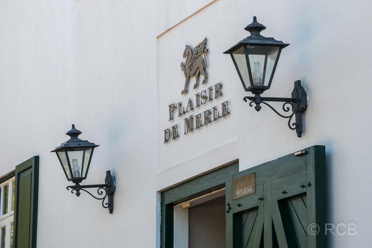 """Weingut """"Plaisir de Merle"""", Schriftzug über der Eingangstür"""